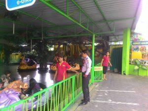 Anggota Pam Obvit Lakukan Patroli Wisata di  Jatim Park 2 Guna Berikan Rasa Aman