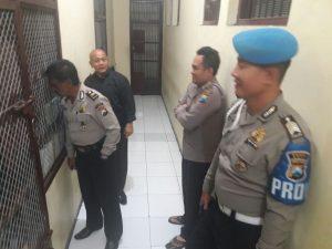 Anggota Provos Polres Batu Laksanakan Pengecekan Tahanan Rutin Pada Malam Hari