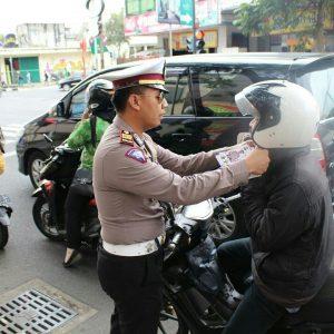 Kasat Lantas Polres Batu Lakukan Pembagian Leaflet Pada Pengguna Jalan Guna Tekan Angka Kecelakaan Lalu Lintas