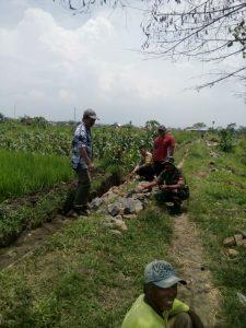 Anggota Bhabinkamtibmas Polsek Junrejo Polres Batu Tinjauan Pembuatan Plengsengan