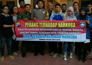 Anggota Bhabinkamtibmas Polsek Batu Polres Batu Berdayakan Warung Ngerumpi Kamtibmas Untuk Perangi Narkoba Di Masyarakat