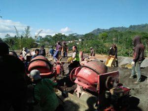 Anggota Bhabinkamtibmas Polsek Ngantang Polres Batu Ikut Kerja Bakti Bersama Warga