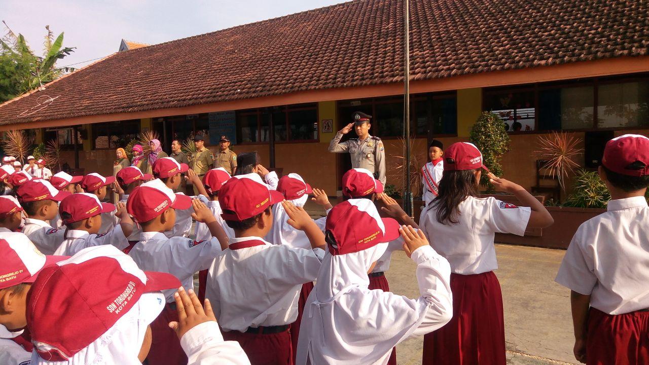 Anggota Bhabinkamtibmas Polsek Junrejo Polres Batu Polres Batu Lakukan Penyuluhan Di Sekolah Dasar Jelang Sambut Awal Tahun