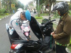 Anggota Polres Batu Tingkatkan Keamanan dalam POlres Batu dengan Melaksanakan Pengecekan Tamu