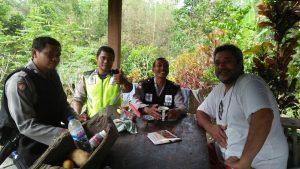 Anggota Bhabinkamtibmas Desa Sumberagung Polsek Ngantang Polres Batu Sambang Ke Orang Asing Asal Perancis Yang Tinggal Di Wilayah Ngantang