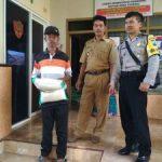 Anggota Bhabinkamtibmas Polsek Junrejo Polres Batu Giatkan Pendampingan Pembagian Sembako