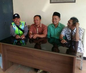 Anggota Bhabinkamtibmas Polsek Batu Polres Batu Giat Sambang Binluh Berikan Himbauan Kamtibmas Kepada Warga Desa Binaan