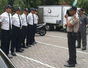 Anggota Polsek Batu Polres Batu Bina Pam Swakarsa Kepada Satpam Jambu Luwuk