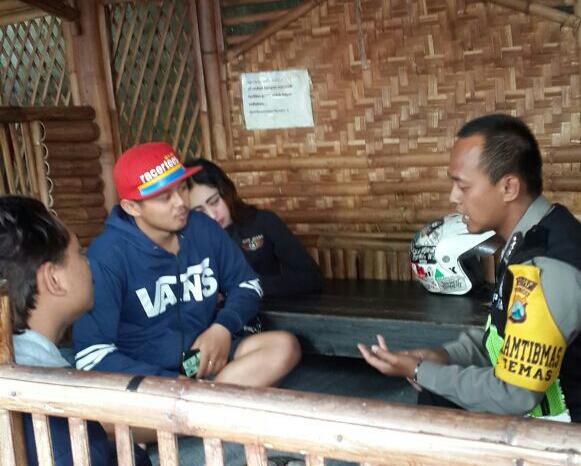 Anngota Polsek Batu Polres Batu Giatkan Pembinaan Kelompok Pemuda Desa Binaan