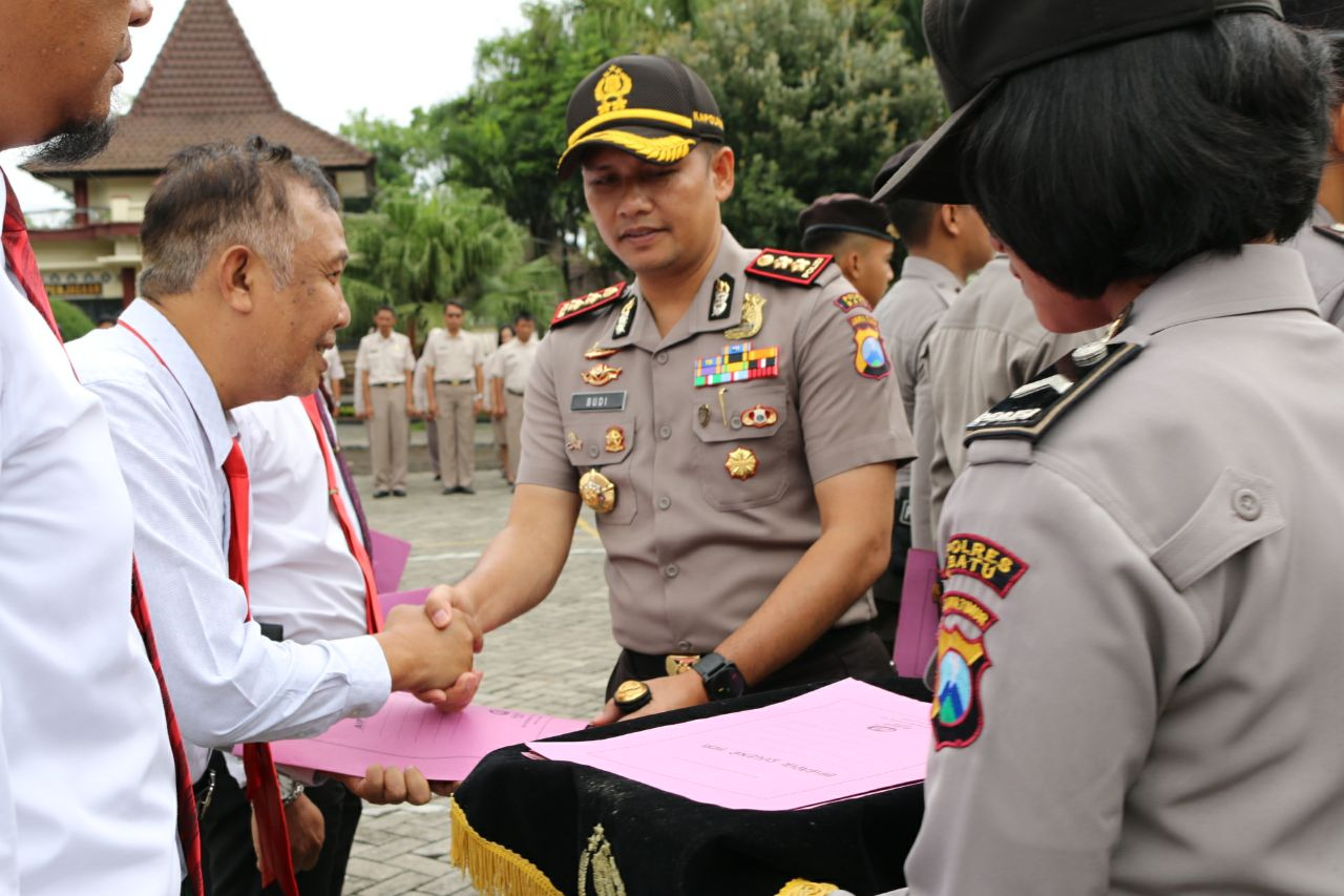 Tingkatkan Semangat Kerja, Kapolres Batu Berikan Reward Kepada Anggota Berprestasi