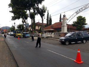 Selalu Hadir Pada Kegiatan Masyarakat, Polsek Pujon Polres Batu Pengamanan Sholat Di Masjid Baiturrohman