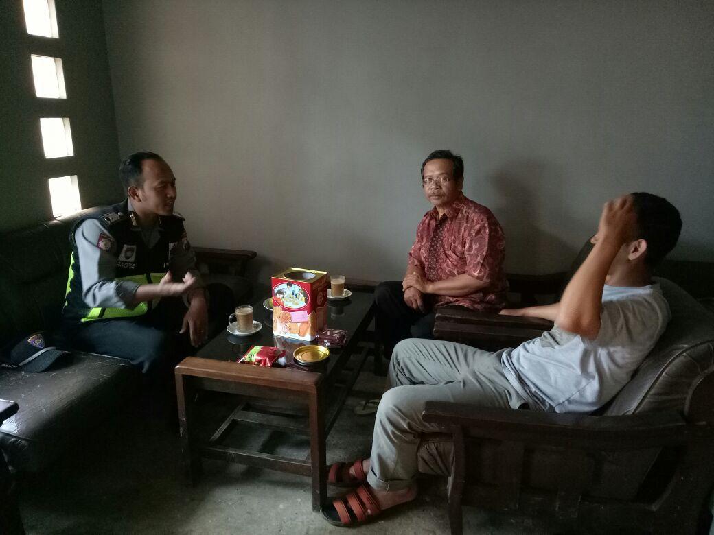 Anggota Bhabin Polsek Pujon Polres Batu Giatkan Patroli  Sambang DDS Silaturrahmi Ke Tokoh Masyarakat Desa Binaan Berikan Himbauan Kamtibmas