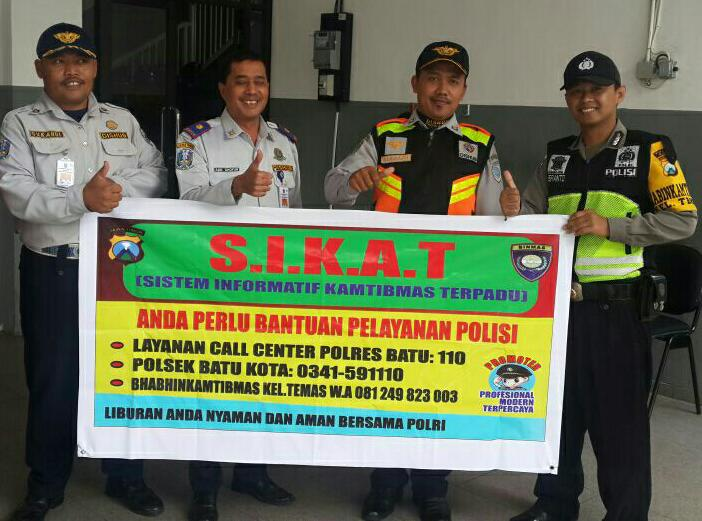 Anggota Polsek Batu Polres Batu Giatkan Sosialisasikan Layanan Call Center 110 Di Terminal Angkutan Kota