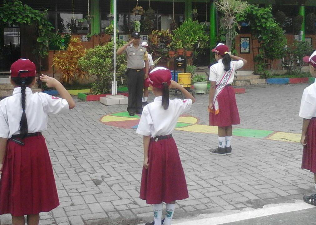 Anggota Bhabinkamtibmas Polsek Batu Polres Batu Menjadi Pembina Upacara Di SD Negeri Songgokerto 03 Kec. Batu