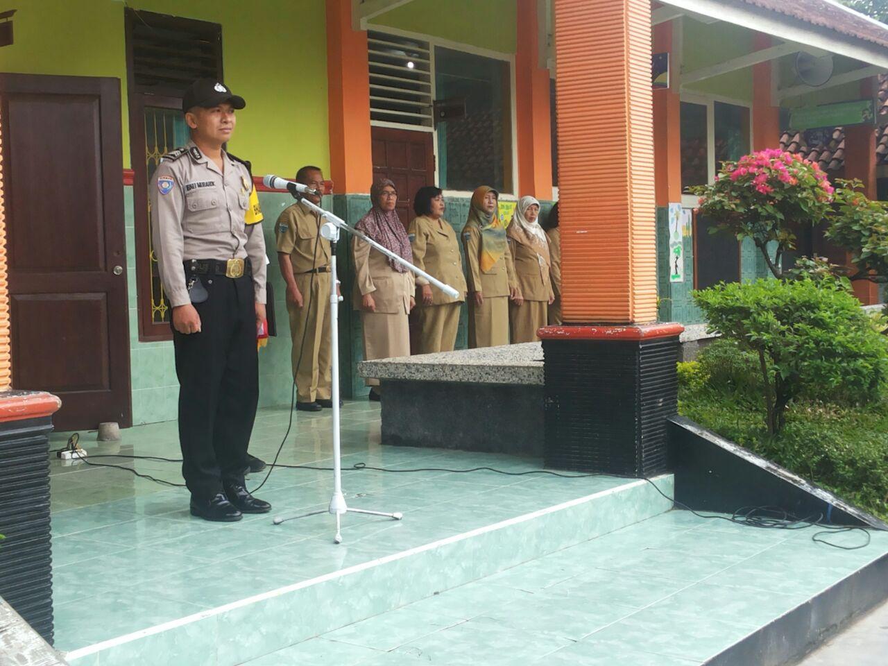 BabinKamtibmas Desa Pendem Polsek junrejo Polres Batu Menjadi Inspektur Upacara Di Sekolah.