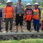 Anggota Bhabinkamtibmas Polsek Batu Polres Batu Sambang Petani Binaan berikan binluh