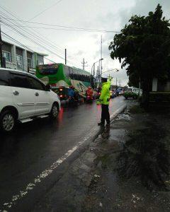 Giat DDS Bhabin Polsek Batu Kota Polres Batu Jalin Kedekatan Kelompok Masyarakat Pedagang Penjual Bubur