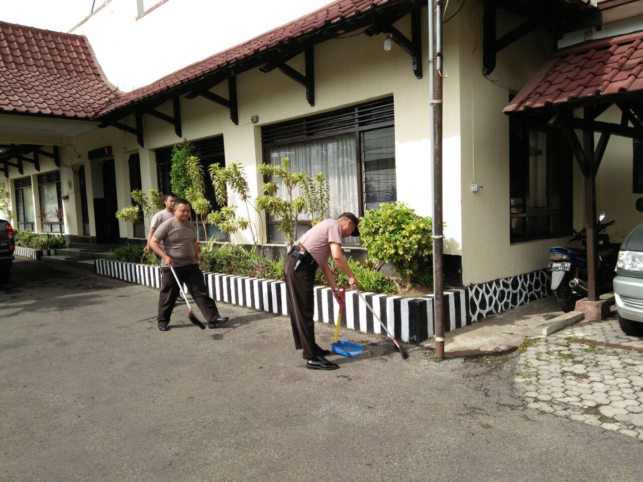 Sikap Disiplin Anggota Polsek Batu Polres Batu Mengawali Tugas Dengan Laksanakan Giat Bersih Bersih Mako Polsek Batu