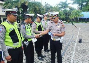 Kasatlantas Polres Batu Berikan Reward Pada Anggota yang Tanggap Pada Peristiwa di Lapangan