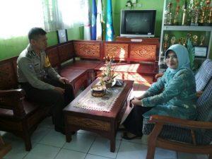 Anggota Bhabinkamtibmas Pendem Polsek Junrejo Polres Batu DDS Koordinasi Dengan Berikan Himbauan Kepada Guru Pengajar