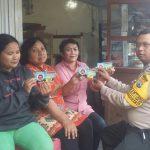 Anggota Bhabinkamtibmas Polsek Batu Polres Batu Lakukan Pembagian Kartu Desaku Maju Dan Kreatif Tanpa Narkoba