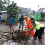 Anggota Bhabin kolaborasi Bersama Warga Bersihkan Sampah Penyumbat Parit