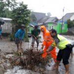 Bhabinkamtibmas Polsek Junrejo Polres Batu Melakukan Giat Sambang ke Mojorejo Guna Bantu Bersihkan Sampah Penyumbat Parit