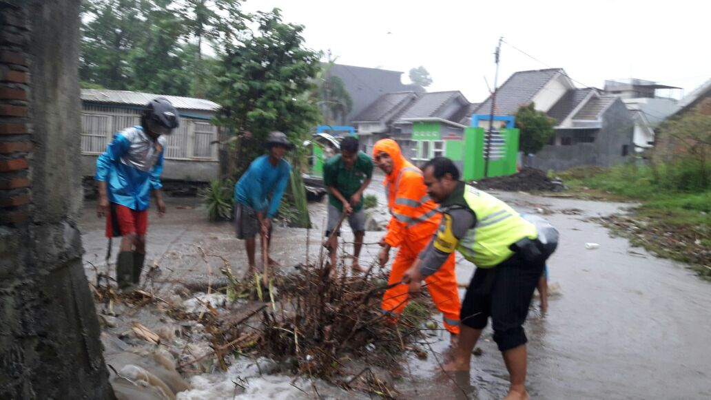 Bersama Warga Bhabinkamtibmas Polsek Junrejo Polres Batu Bersihkan Sampah Penyumbat Parit