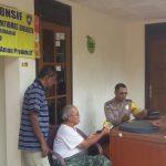 Anggota Polsek Batu Polres Batu Bagikan Stiker Tamu Wajib Lapor Agar Situasi Kondusif