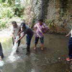 Guna menjaga Ekosistem Sungai, Bhabinkamtibmas Sumberejo Polsek Batu Polres Batu Bersama Elemen Masyarakat Tebar Benih Ikan