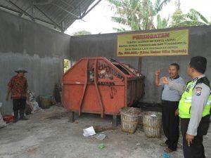 Angggota Bhabinkamtibmas Polsek Batu Polres Batu Cek Tempat Pembuangan Sampah Proyek Dana Desa Tahun 2017