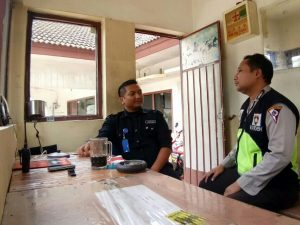 Anggota Bhabinkamtibmas Polsek Batu Polres Batu Sambang Kelompok Satpam Hotel