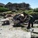 Anggota Bhabinkamtibmas Desa Wiyurejo Polsek Pujon Polres Batu Door To Door System Serta Membantu Kegiatan Warga Di Desa Binaan