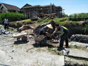 Anggota Bhabinkamtibmas Wiyurejo Polsek Pujon Polres Batu Patroli DDS Serta Membantu Kegiatan Warga Di Desa Binaan