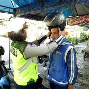 Anggota Satlantas Polres Batu Berikan Reward Pada Tukang Ojek di Pesanggrahan