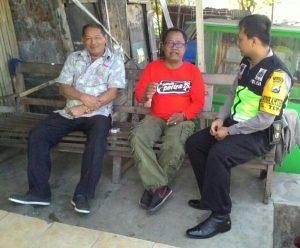 Anggota Bhabinkamtibmas Desa Temas Polsek Batu Polres Batu Berkunjung Kepada Tokoh Masyarakat Ajak Cegah Pekat