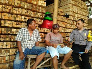 Anggota Binmas Polsek Batu Polres Batu Mengajak Warga Bijak Dalam Menggunakan Medsos