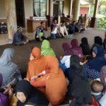 Jaga Kerukunan Tetangga, Anggota Bhabin Polsek Pujon Polres Batu Binluh Kepada Ibu Ibu Desa Binaan