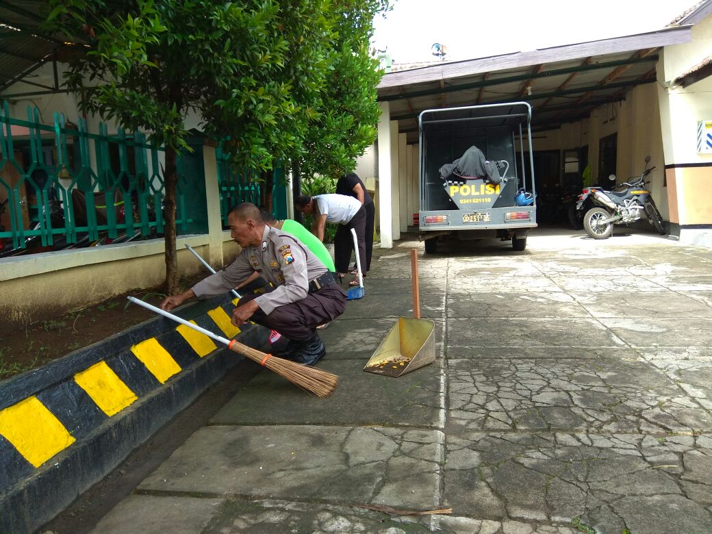 Jaga Kebersihan Mako, Polsek Bumiaji Polres Batu Kerja Bakti