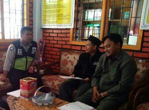 Anggota Polsek Batau Polres Batu Kunjungia Kepala Sekolah MI Lukmanul Hakim Desa Sumberejo Kec. Batu