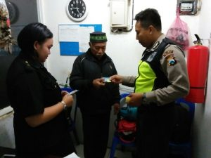 Anggota Bhabinkamtibmas Kelurahan Sisir Polsek Batu Polres Batu Giatkan Kunjungan Tempat Usaha Sampaikan Pesan Kamtibmas