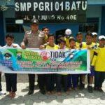 Bhabin Polsek Batu Kota Polres Batu Laksanakan Silaturrahmi Juga Pasangkan Banner Kamtibmas Di SMP PGRI 01 Batu