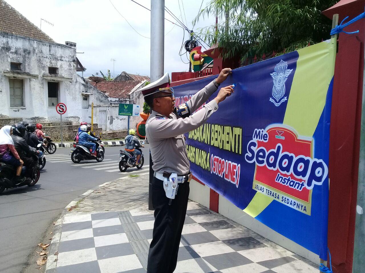 Satlantas Polres Batu Memasang Banner