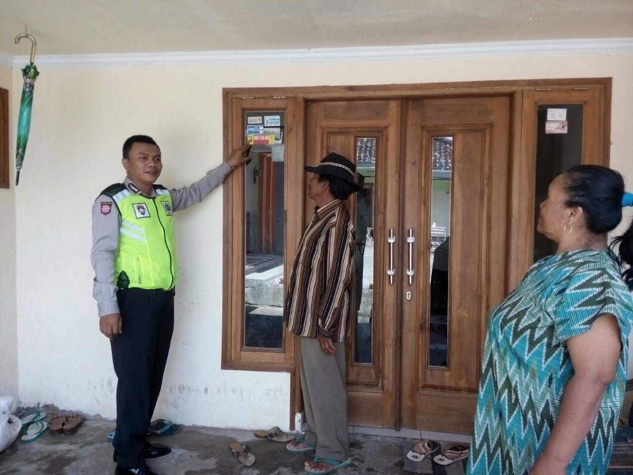 DOOR TO DOOR SYSTEM BHABINKAMTIBMAS DESA GUNUNGSARI POLSEK BUMIAJI POLRES BATU SAMBANG WARGA & PENEMPELAN STICKER TAMU WAJIB LAPOR 1X24 JAM