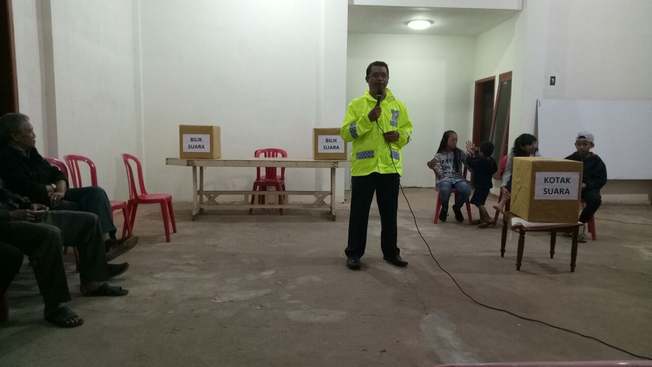 Bhabinkamtibmas Kelurahan Songgokerto Polsek Batu Polres Batu Hadiri Kegiatan Pemilihan Ketua RW 09 Flamboyant