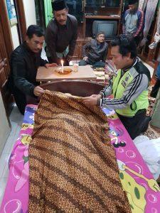 Bhabinkamtibmas Polsek Ngantang Polres Batu Lakukan Shalat Jenazah di Desa Jomblok Guna Berikan Rasa Simpatik