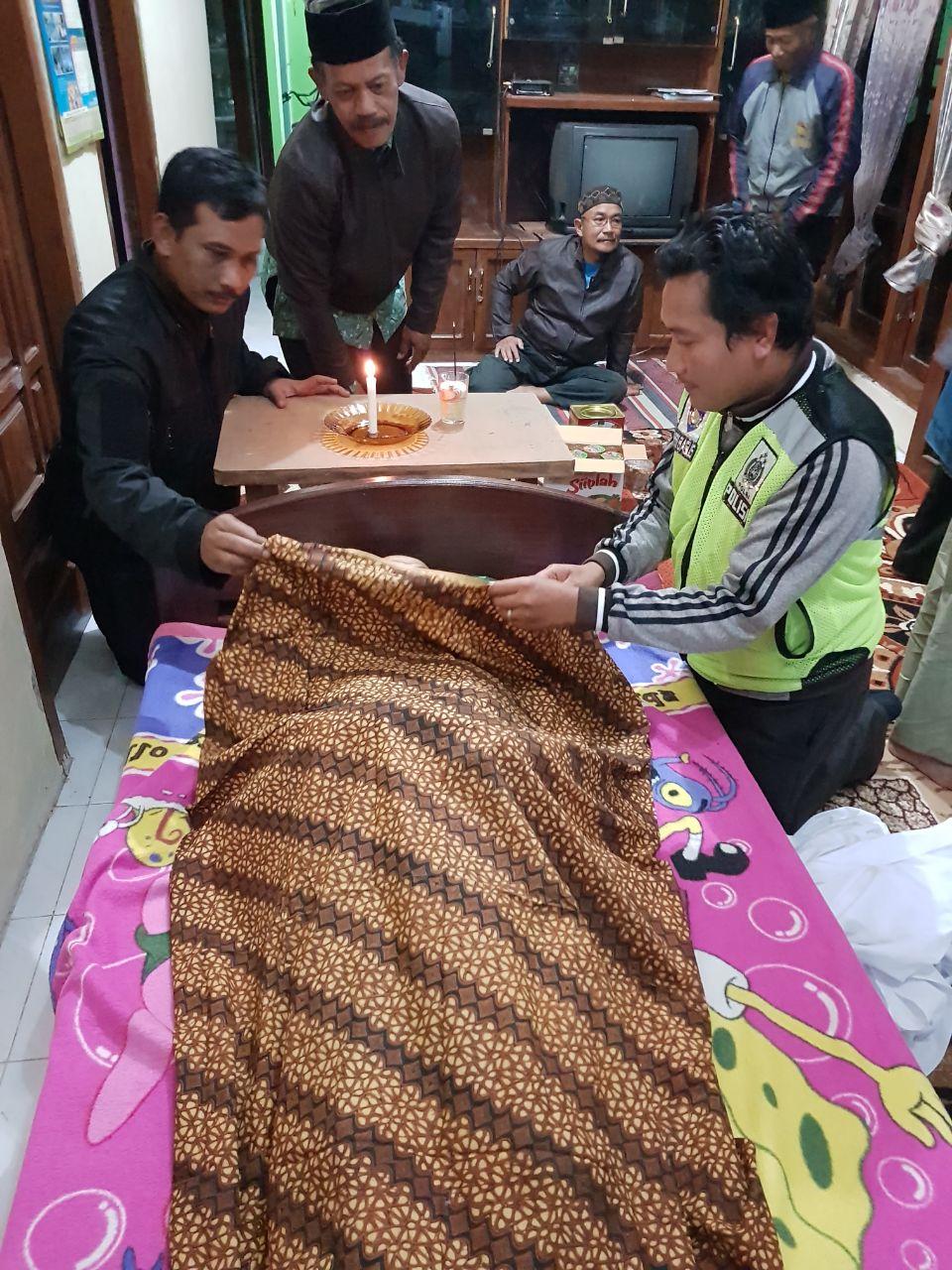 Kepala Desa Jombok Meninggal Dunia Bhabinkamtibmas Polsek Ngantang Polres Batu Melaksanakan Shalat Jenazah