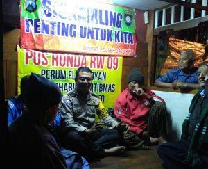 Bhabinkamtibmas Polsek Batu Polres Batu Lakukan Giat Sambang ke Pos Kamling Songgokerto Antisipasi Jam Rawan Kriminalitas