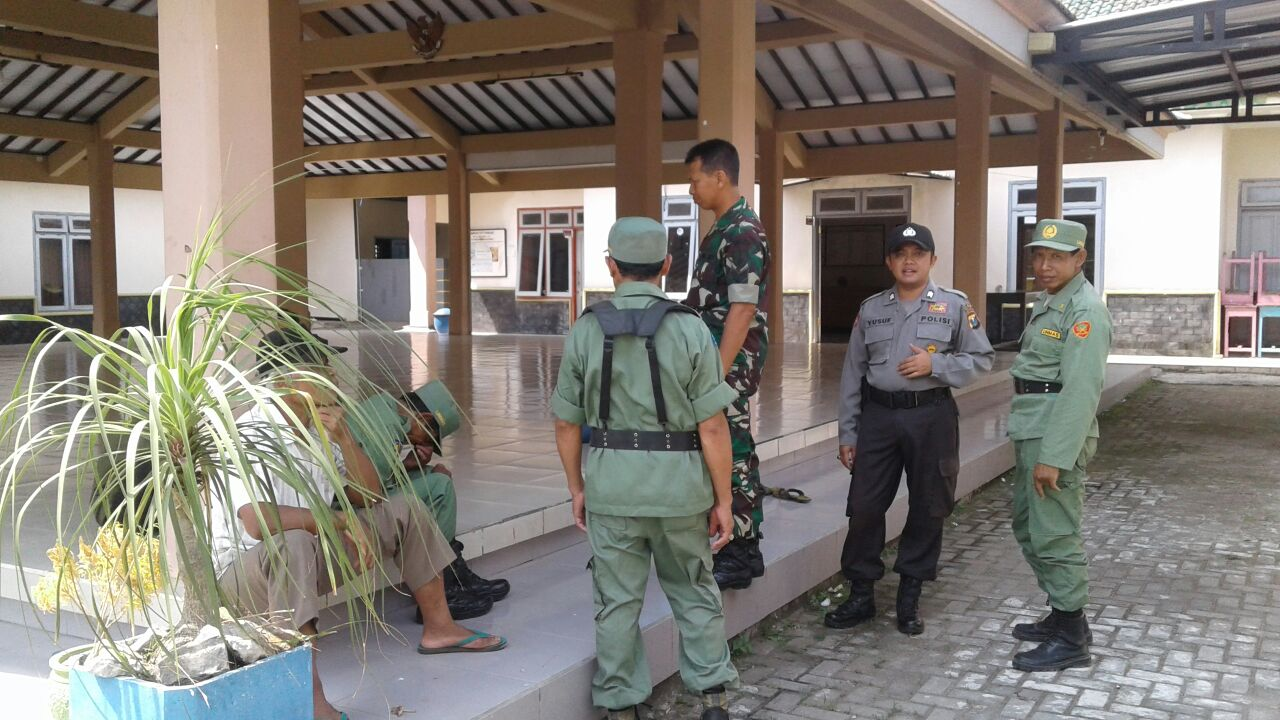 Giat Sambang, Anggota Bhabinkamtibmas Polsek Ngantang Polres Batu Giatkan Binluh Kepada Para Linmas Binaanya