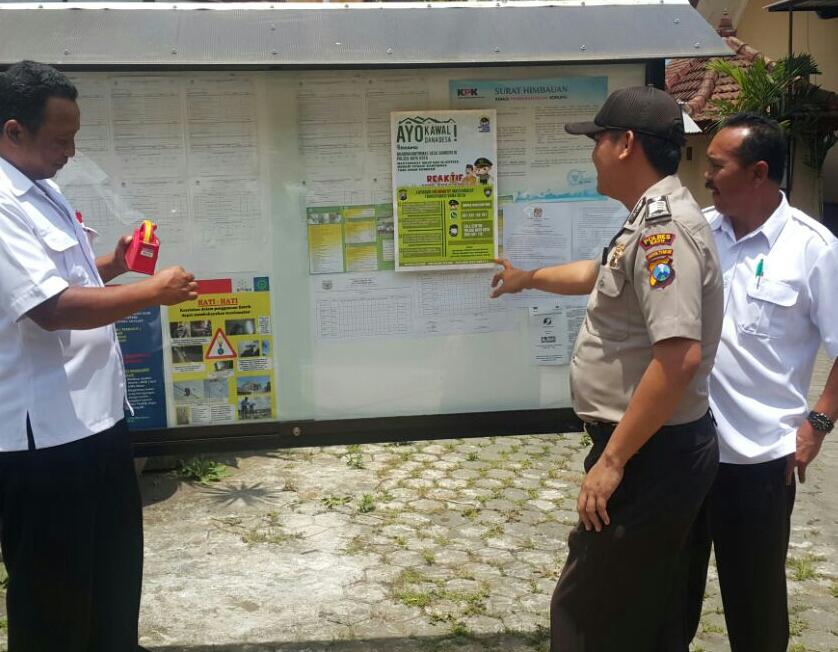 Anggota Bhabinkamtibmas Polsek Batu Kota Polres Batu Melaksanakan Patroli DDS Buka Layanan Call Center Transparasi Dana Desa binaan
